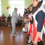 Выпускников поздравляет представитель районной администрации, секретарь районного Совета Ихсанов И.Ф.