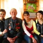 Ветеран с волонтёрами